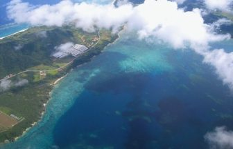 空から沖縄の風景を眺める